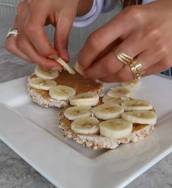 Negin Mirsalehi used rice crackers, bananas and some other simple items to make a delicious meal in less than five minutes.