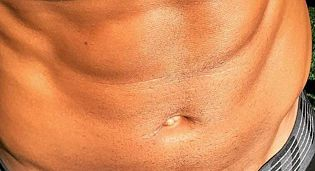 Picture of Shemar Moore abs and toned mid-section