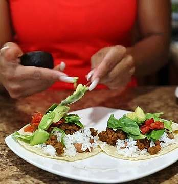 Vegan bodybuilder Toni Mitchell makes Vegan tacos with meatless crumbles, pinto beans, shredded lettuce and more healthy items!