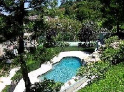 Joe and Tina Simpson's home Encino, California - Photo of Joe and Tina Simpson's house (swimming pool)