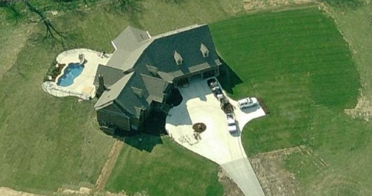 photo: house/residence of  40 million earning Nashville, Tennessee, USA-resident